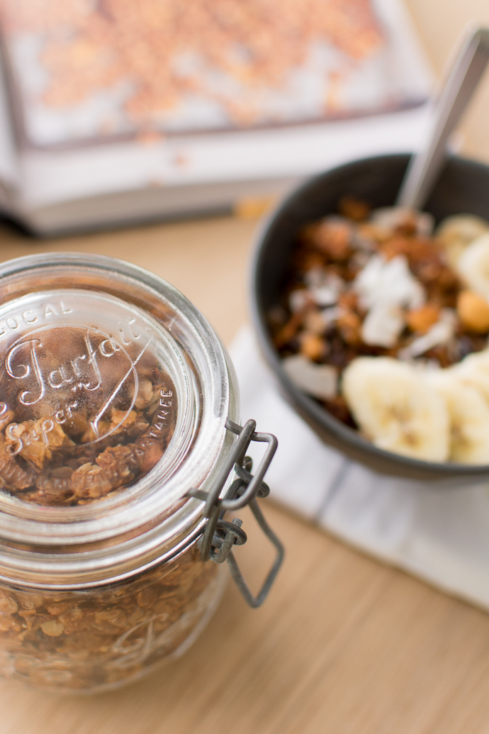 Un bol de granola maison pour chaque saison : recette au miel, mangue séchée, noix et noix de coco