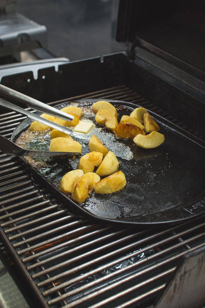 Recette de brioche perdue à la plancha, accompagnée de pommes caramélisées