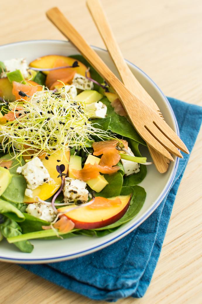 Salade de nactarine, jeunes pousses, alfalafa, épinards et saumon