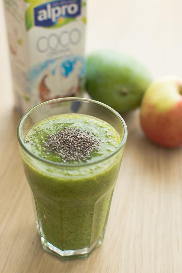 Smoothie vert à la mangue, lait de coco et kale