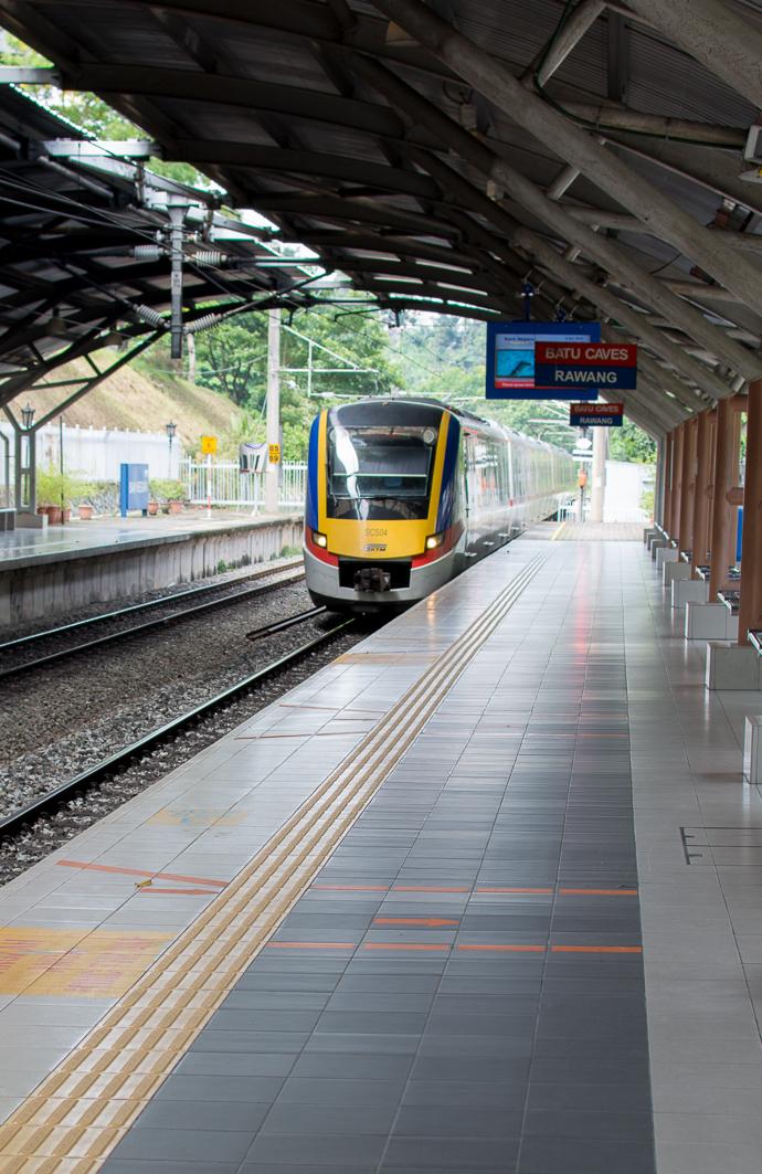 Un train entrant dans la station de Batu Caves, temple hindou le plus important hors d'Inde