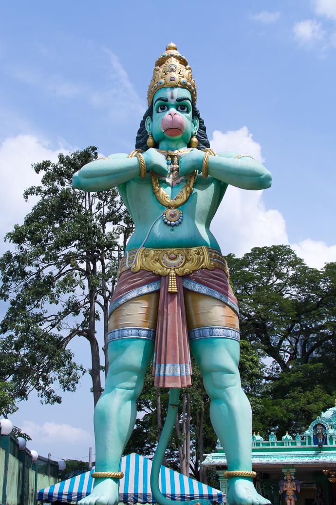 La statue d'Hanuman, serviteur de Rama, garde les grottes de Batu