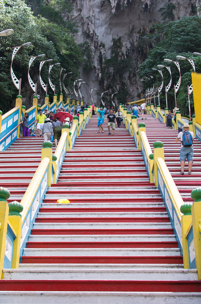 Des marches à n'en plus finir pour monter dans le temple principale des grottes de Batu