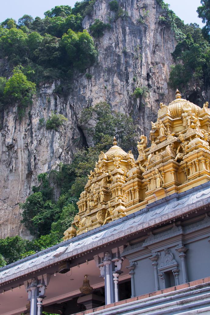 Des petits temples nous guident vers le temple principale aux grottes de Batu