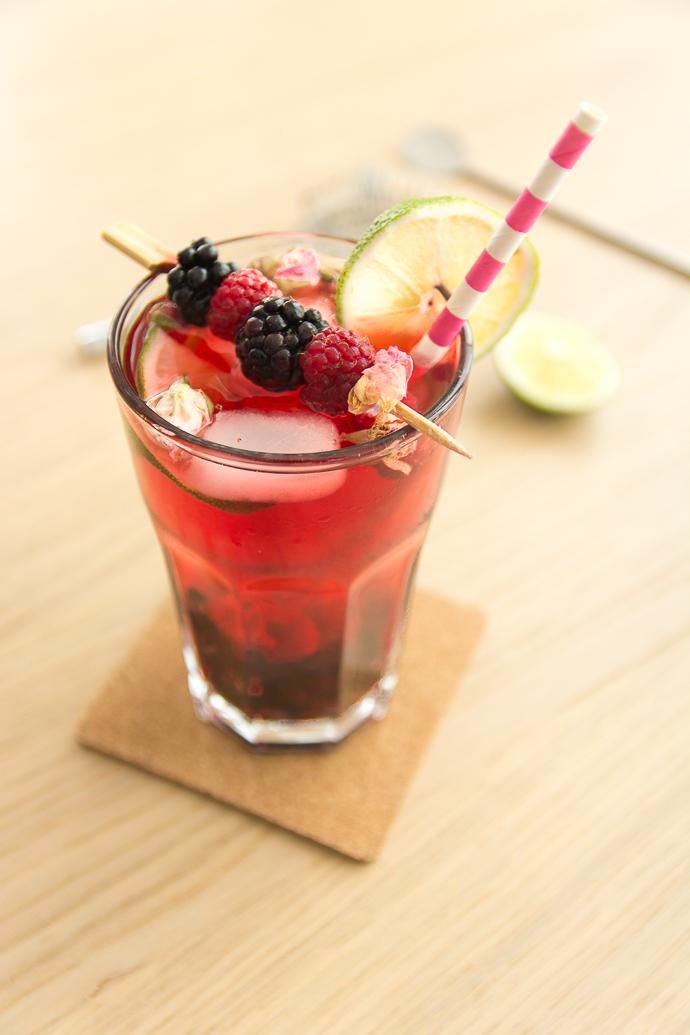 Cocktail sans alcool au cranberry, framboise, rose et citron vert