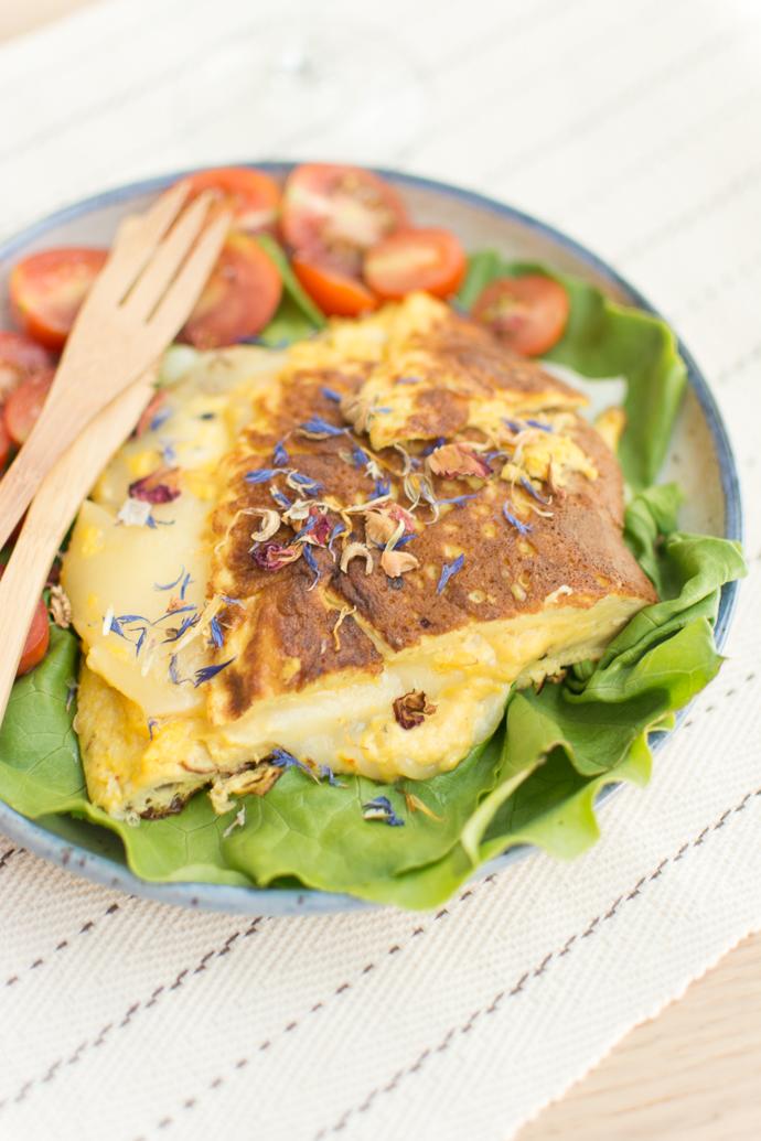 omelette au fromage Ossau-Iraty et sa salade de fleurs