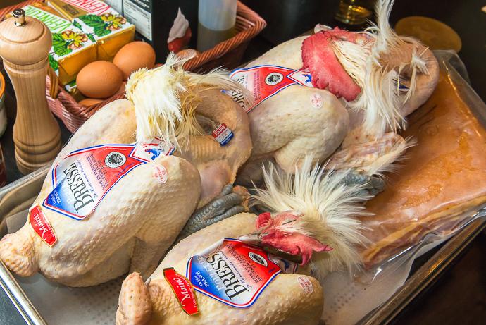 Saviez-vous que le poulet de Bresse, se vendait obligatoirement avec sa tête ?