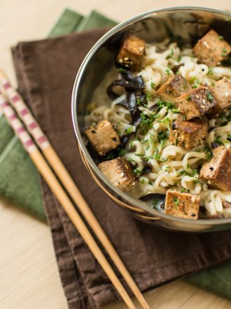 Tofu fumé au lait de coco, nouilles, shiitakés et champignons noirs