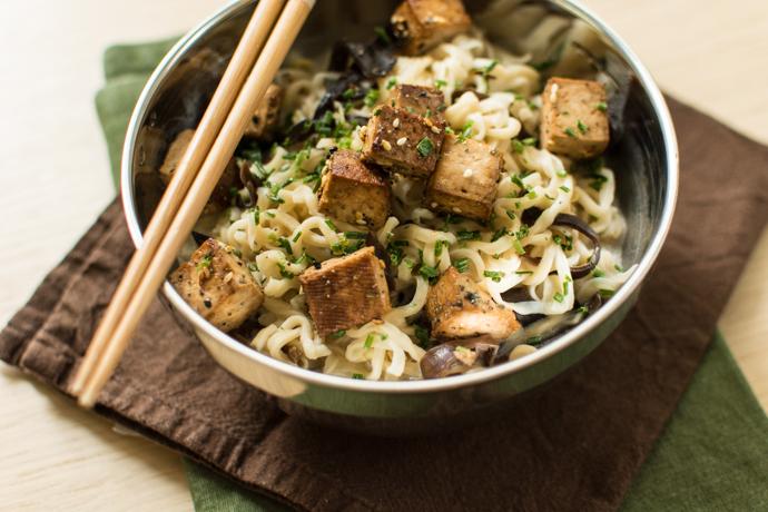 Recette facile végétarienne - Tofu fumé au lait de coco, nouilles, shiitakés et champignons noirs
