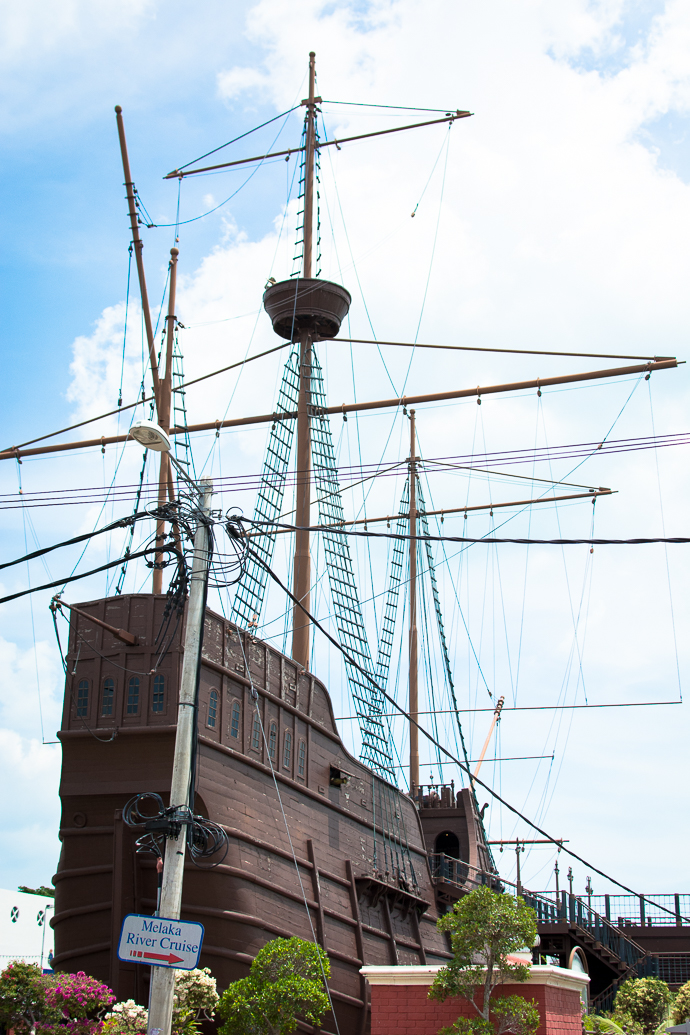 Un bateau pirate en plein coeur de la ville de Malaka, Malaisie