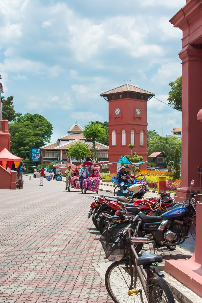Des rickshaws kitsch vous accueillent à votre arrivée à Malaka, Malaisie