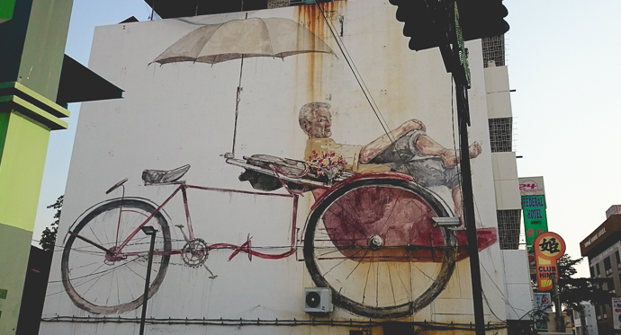 Viel homme chinois, se reposant sur son rickshaw, Penang, Malaisie