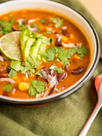 Soupe Mexicaine aux haricots rouges, avocat et mais - recette végétarienne