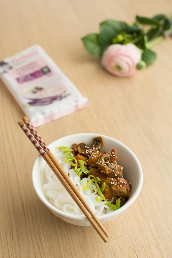 Nouilles de konjac aux épices, crevettes et légumes