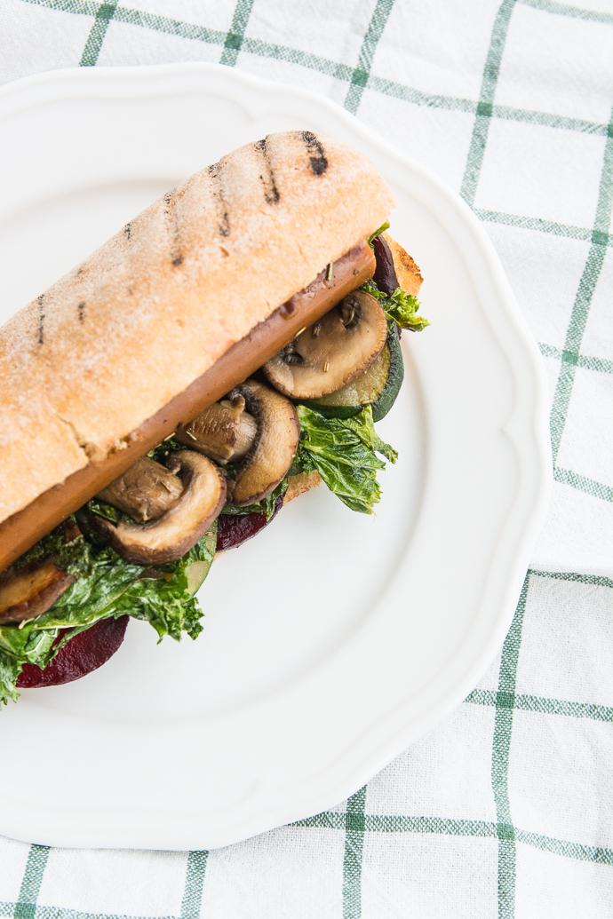 Hot dog végan et sans gluten – betteraves, saucisse végétale, kale, champignons, raifort