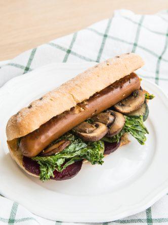 Recette végétarienne et sans gluten - Hot dog végan et sans gluten – betteraves, saucisse végétale, kale, champignons, raifort