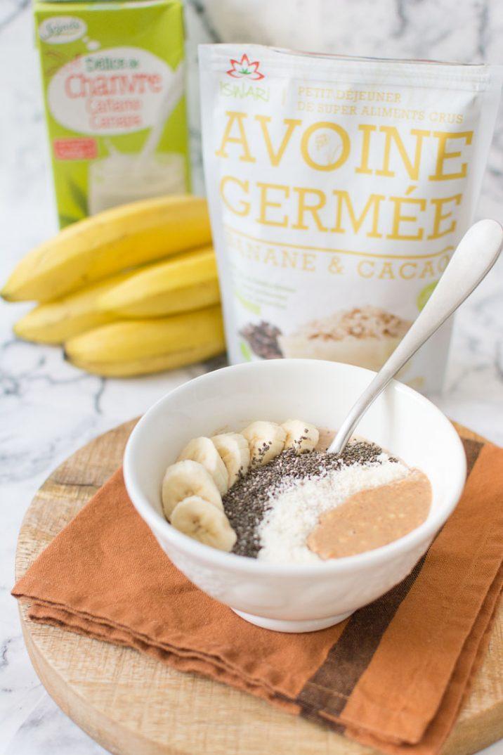 Bol de petit-déjeuner complet, beurre d'amandes, graines de chia, bananes