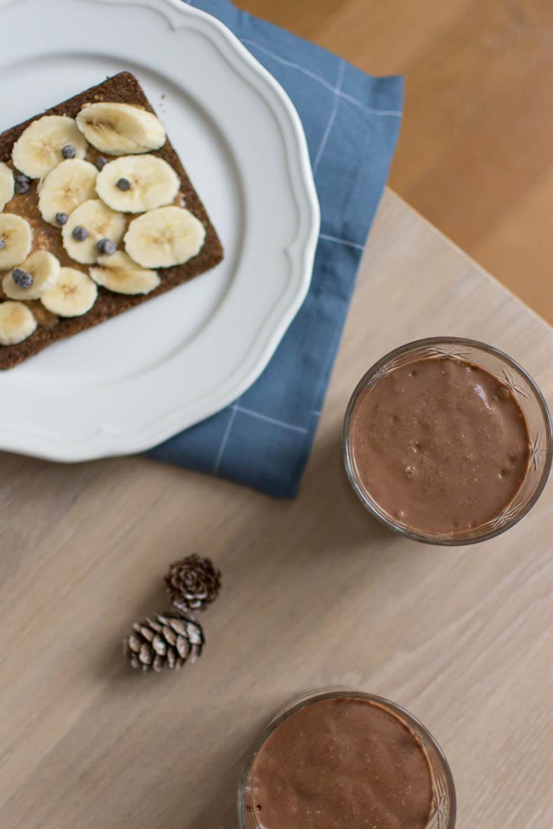 petit-dejeuner-healthy-fait-maison-chocolat-banane-smoothie
