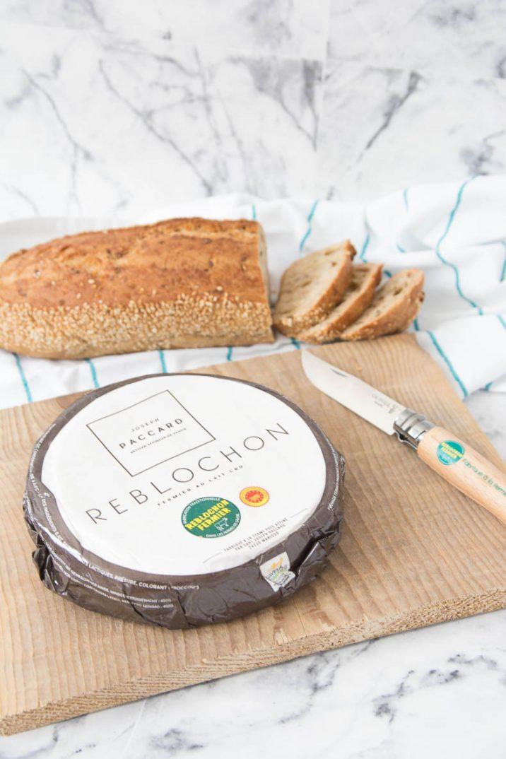 Pour servir le Reblochon, disposez-le sur une planche d'épicéa pour révéler tous ses arômes