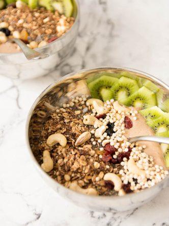 Petit déjeuner healthy et fruité - bol de smoothie avec granola maison, cranberries, quinoa soufflé et kiwi