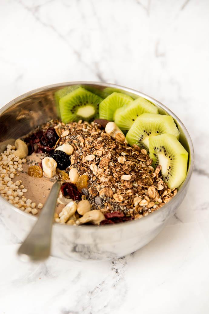 Recette de smoothie bowl accompagné de son granola maison et de fruits frais