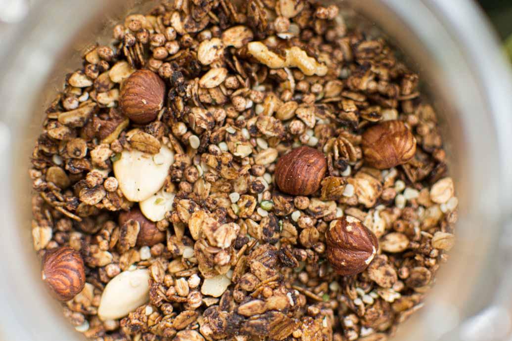 Recette de granola au cacao, chanvre et noisettes - recette de petit-déjeuner