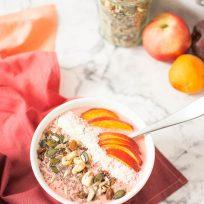Idée de petit déjeuner sain et vegan - smoothie bowl glacé aux fruits d'été