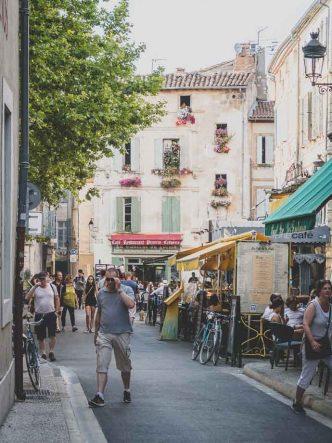 Petite placette typique de Arles - Sud de la France