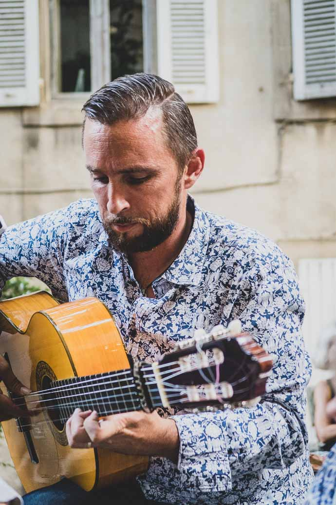 Joueur de musique de Jazz Manouche - L'Ouvre Boite à Arles