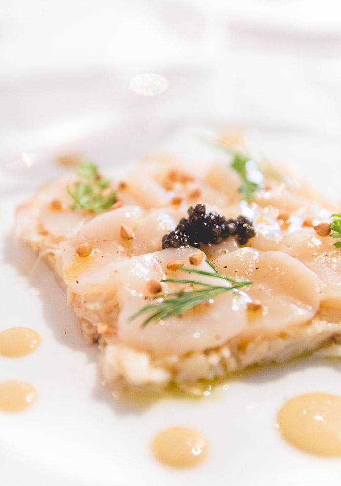 Une entrée raffinée qui mêle les Saint-Jaques, l'araignée de mer et du caviar
