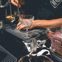 Préparation d'un classique de la mixologie : le Manhattan