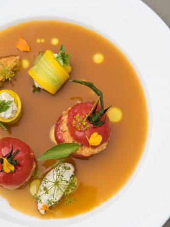 Recette de tomates farcies au tourteau et ses rouleaux de courgettes au Brousse de Rove - recette par le Chef Stéphane Paroche