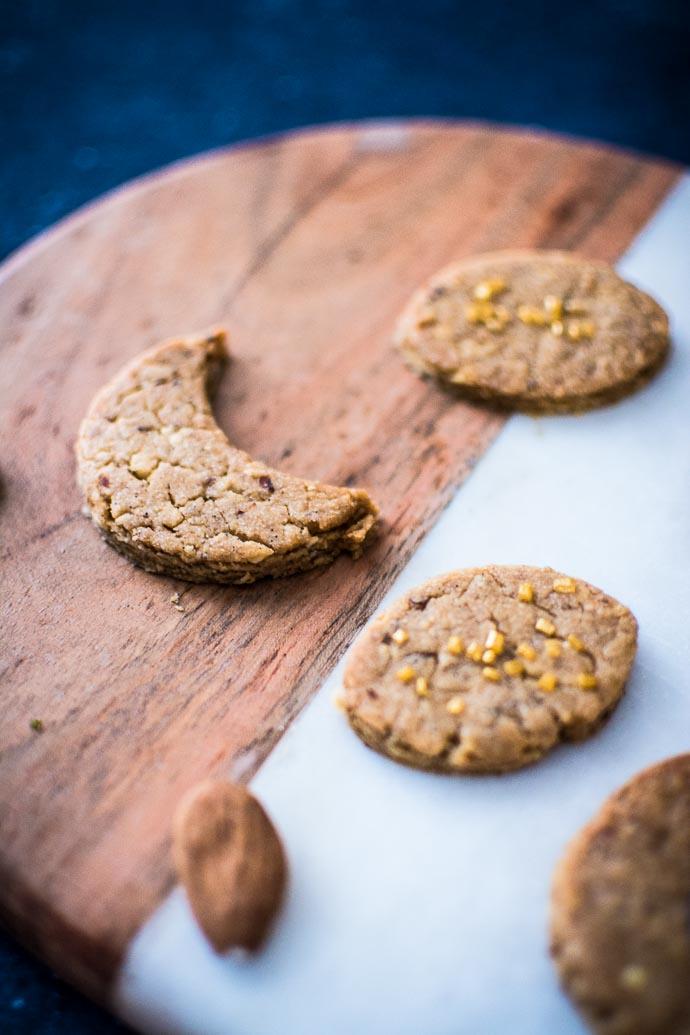 Focus sur des biscuits vegan - végétalien - aux amandes et épices