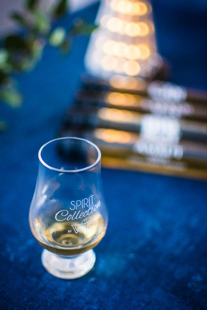 Une dégustation de whisky, entre amis, face à la cheminée