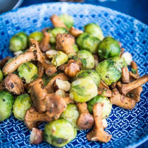poêlée de légumes : choux de Bruxelles, girolles, noisettes aux herbes