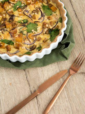 A déguster chaude ou froide, cette tarte de Reblochon, épeautre, butternut, pavot, épinards et pignons de pin vous apportera les nutriments essentiels d'un plat complet