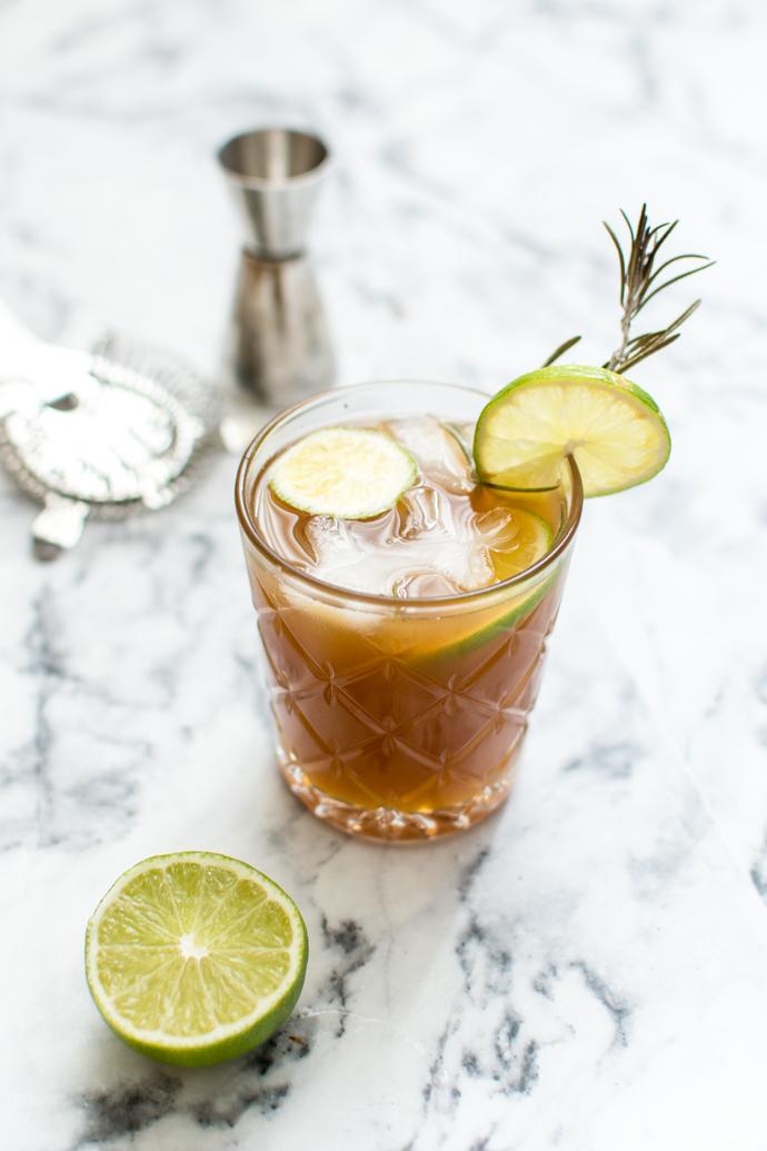 Recette de cocktail à base de sirop de fleur de Sureau, jus de pomme trouble, Jagermeister et romarin