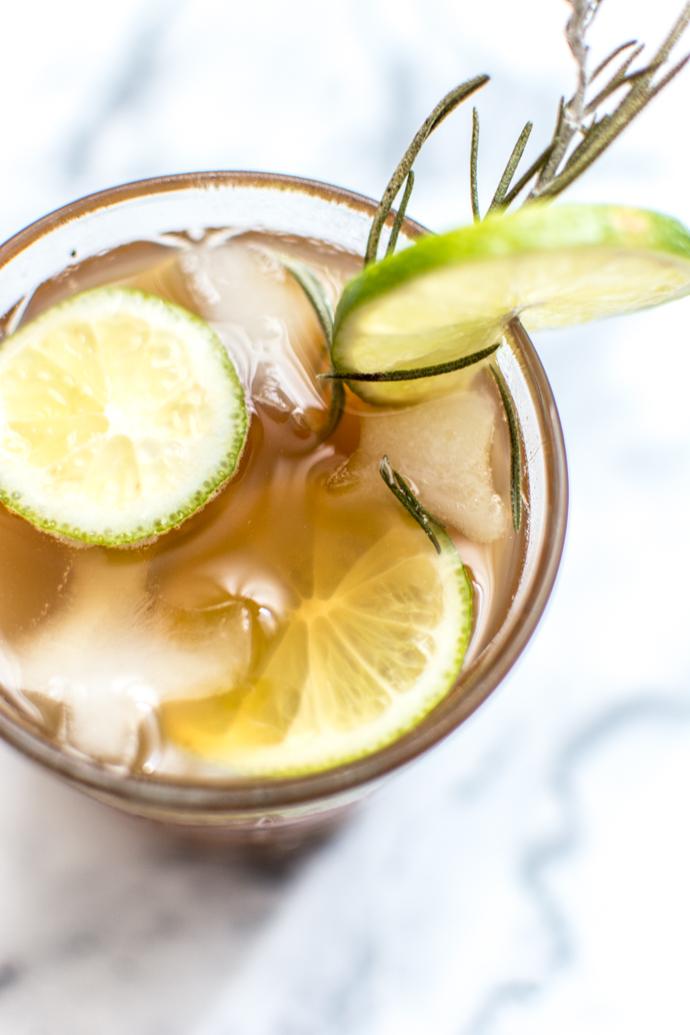 Rondelles de gingembre, citron et une branche de romarin pour ce cocktail floral riche en fraîcheur