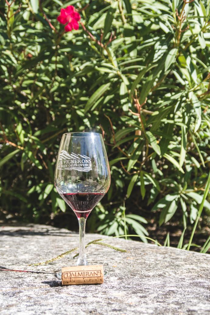 Verre de vin rouge au milieu du Domaine Dalmeran, Baux-de-Provence