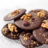 Mendiants au chocolat noir et whisky, cranberries et noix du Périgord