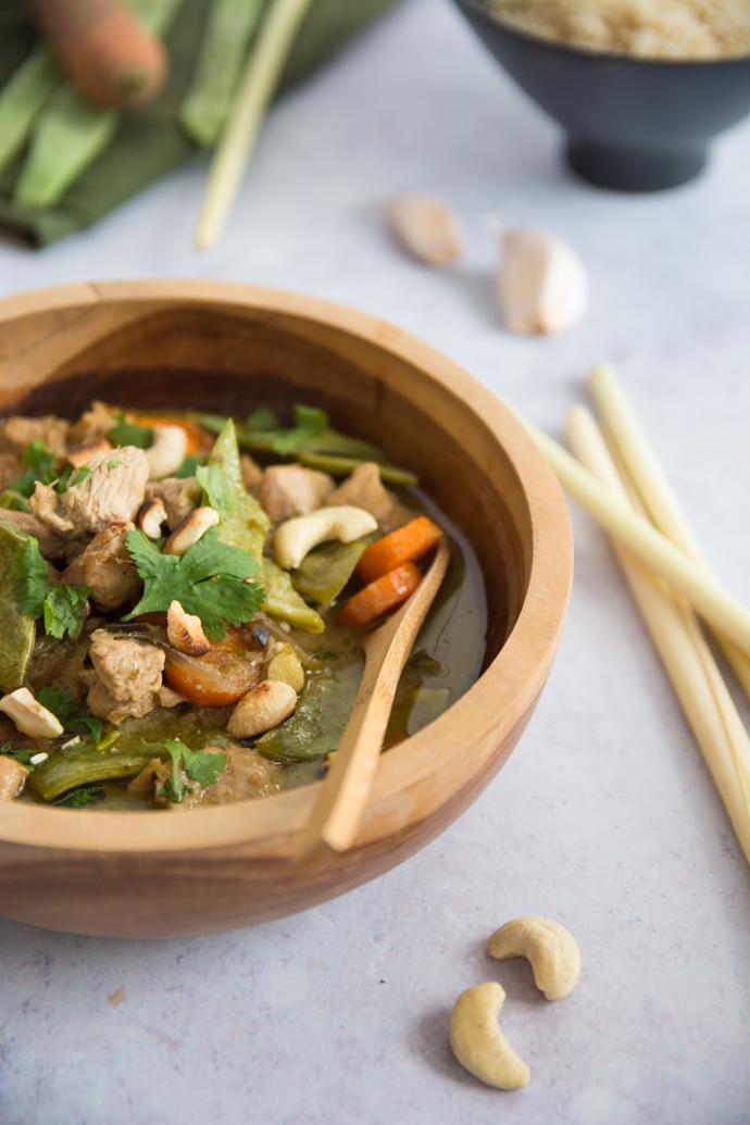 Poulet au curry vert à déguster avec du riz et des noix de cajou grillées