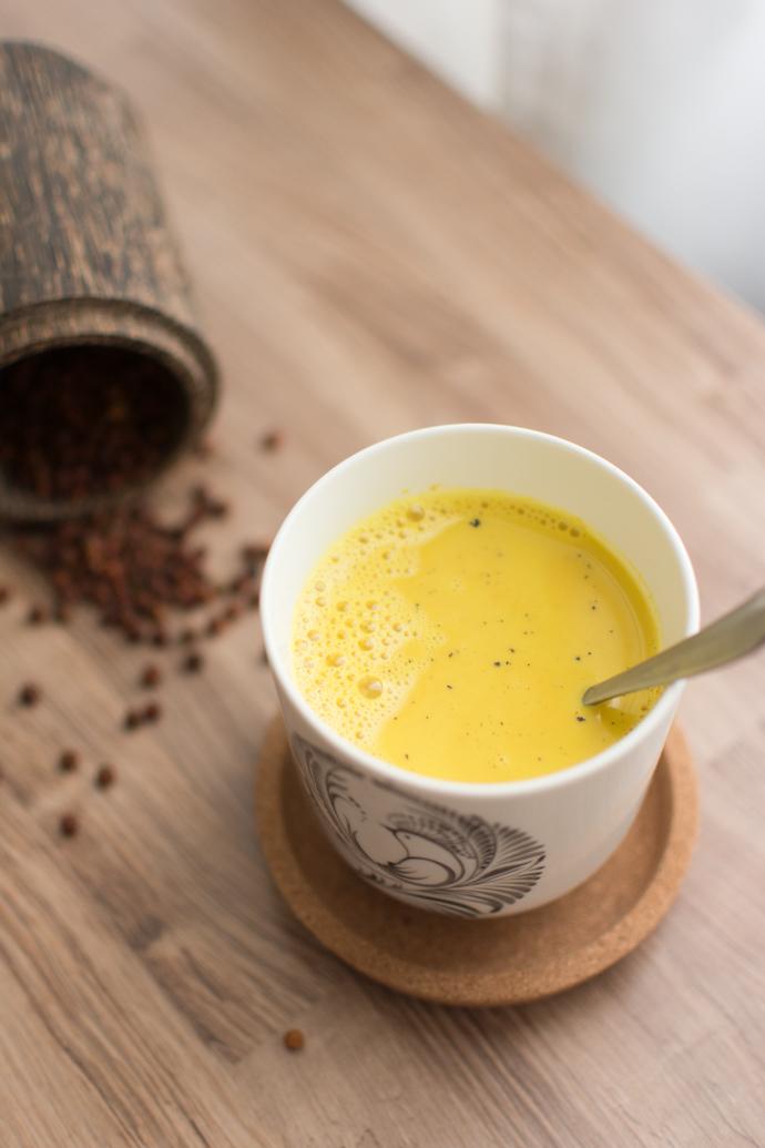 Recette du Golden Latte, une boisson énergisante au curcuma et huile de coco