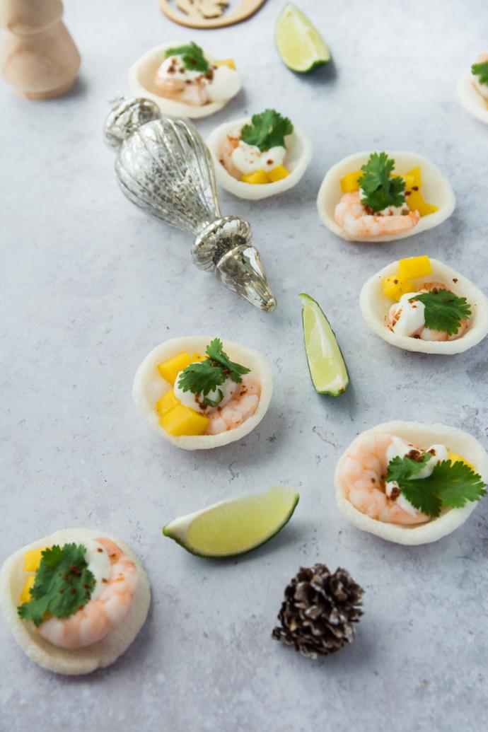 Recette apéritive pour Noël - crevettes sur canapé et dés de mangue citronnée