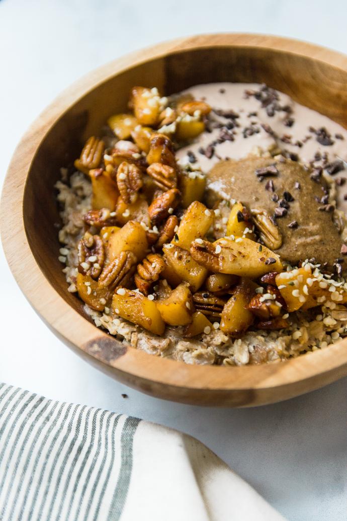 Petit-déjeuner sain - le porridge d'hiver aux pommes cuites et noix