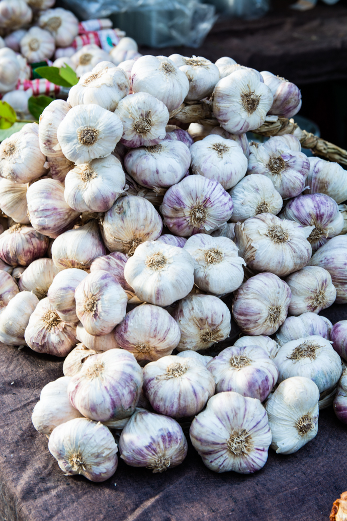 Tas d'ail sur le Marché de fruits et légumes d'Arles
