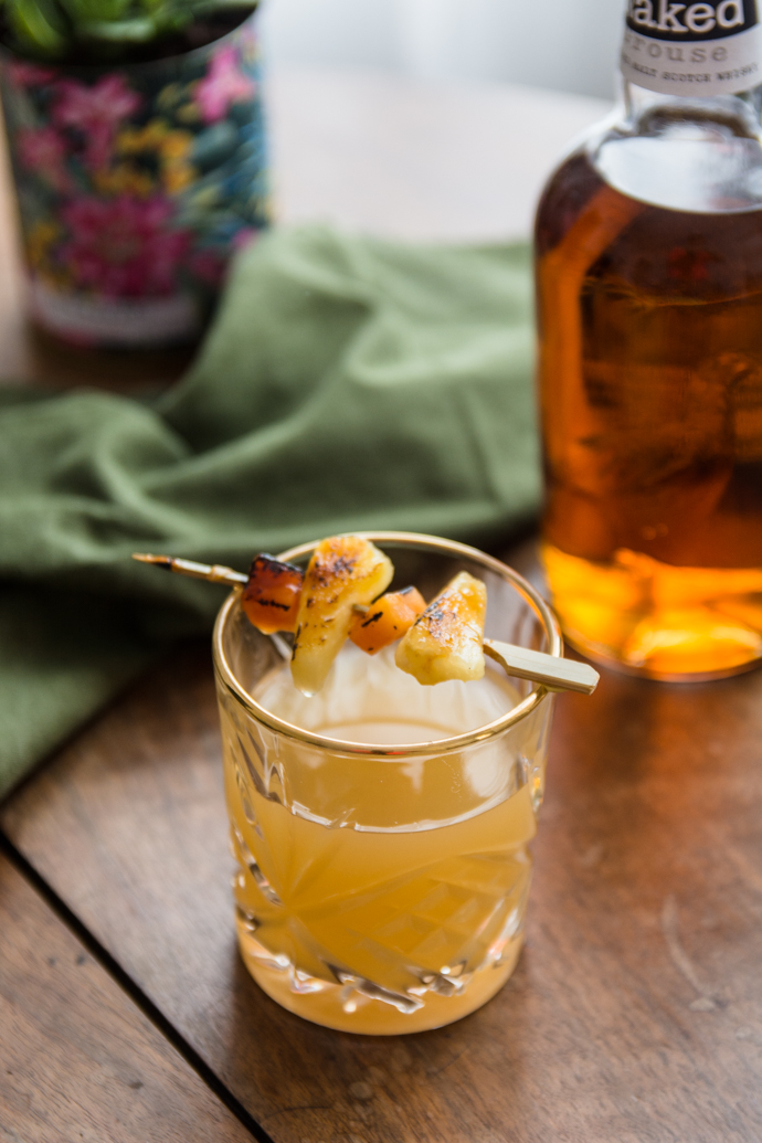 Cocktail de whisky, ananas et liqueur Saint-Germain