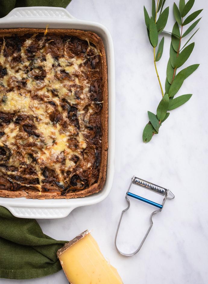 Recette facile de tarte à l'oignon et au Comté. Ajoutez des herbes de Provence dans votre pâte à tarte pour l'aromatiser.