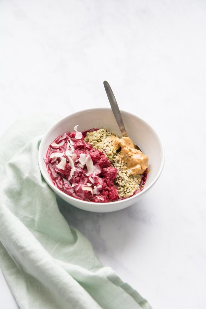 Utilisez le matcha en cuisine dans ce délicieux porridge. Il changera de vos petits-déjeuners habituels.