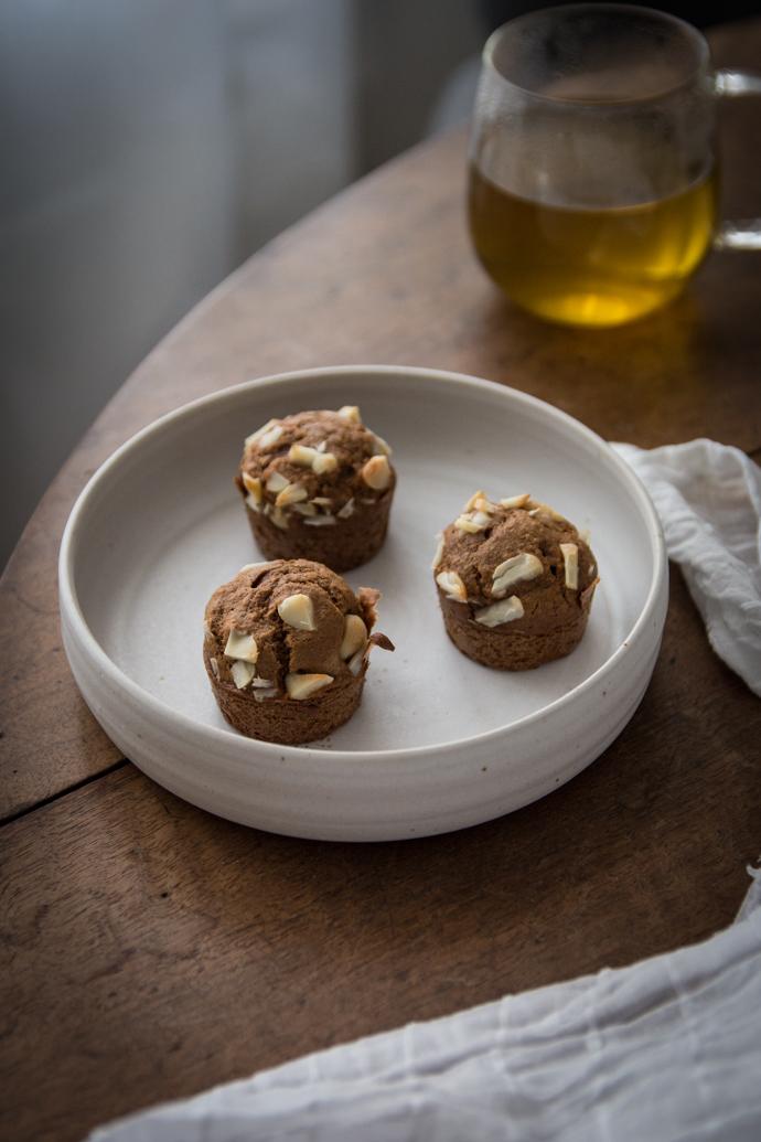 Muffin sans sucres raffinés, au caramel de coco et noix de macadamia