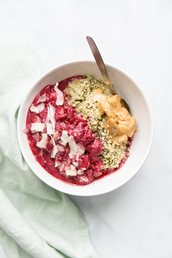 Porridge matcha, purée de framboises et beurre de cacahuètes